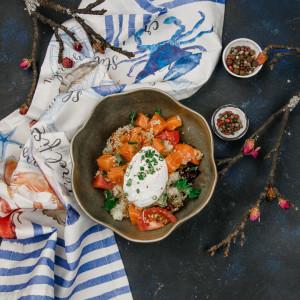 Салат с лососем, киноа и лаймовым соусом